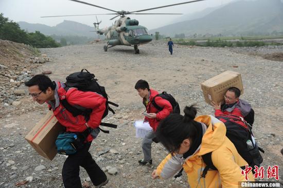 4月21日,四川省人民医院数名医生和物资通过军用直升机抵达芦山地震震中龙门乡。中新社发 张浪 摄