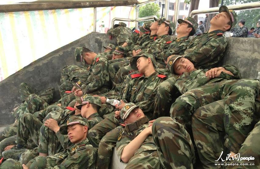 高清:直击地震震中芦山县官兵救援现场(组图)