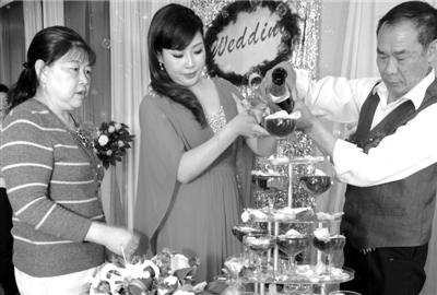 陈静在卓佳父母的陪同下倒香槟。