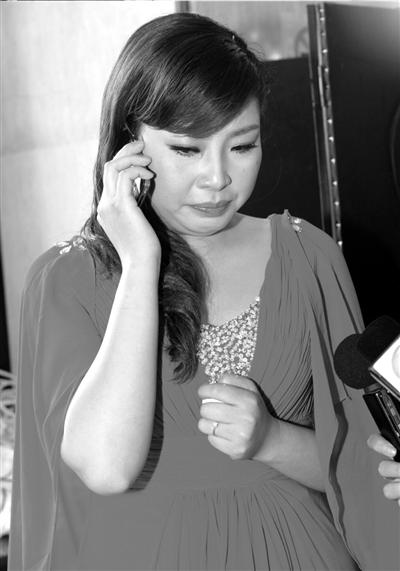 陈静拨通卓佳的电话,听着丈夫的声音,陈静哭了。