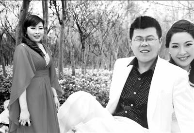陈静在婚礼现场自己与卓佳的结婚照前。