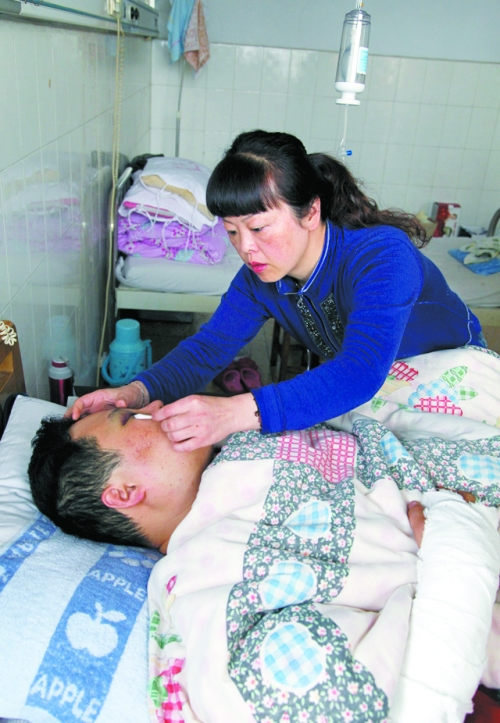 妻子照顾受伤的丈夫