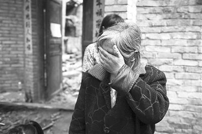 提起孙子的离世,奶奶张富莲掩面哭泣。