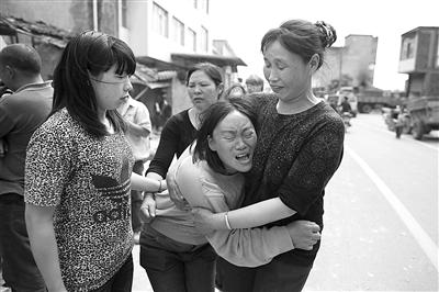 爱子军军的离开,让妈妈岳应翠哭得撕心裂肺。