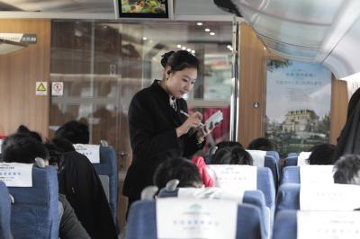 列车员正在查票。