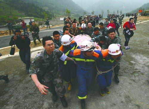 雅安太平镇,解放军将孕妇送上直升机,前往成都军区总医院 成都商报记者 刘畅摄