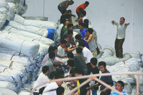 昨日凌晨两点过,志愿者们正在帮忙搬运救灾物资 成都商报记者 段韵 摄