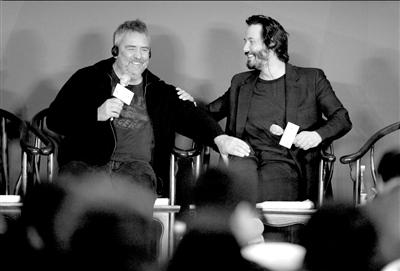 导演吕克・贝松(左)和基努・里维斯笑谈合作。新华社发