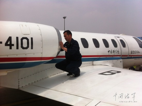 """四川 陆航/四川雅安发生7.0级地震后,海军某飞行团""""奖状""""某型遥感飞机从..."""