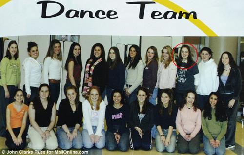 罗素尔参加高中舞蹈队时的合影。