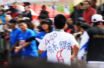 2013扬州国际马拉松_扬州马拉松为雅安祈福 众跑友系黄丝带黑纱(图)-搜狐体育