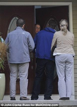 3名陪同罗素尔返回娘家的执法人员