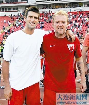 普罗辛内茨基(右)在贝尔格莱德参加慈善足球赛时,与网坛名将德约科维奇合影。