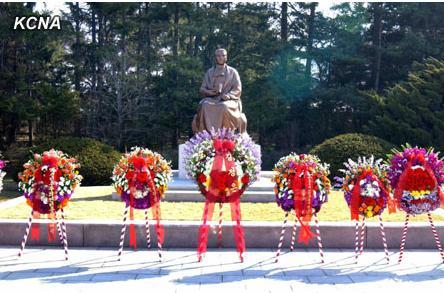 朝鲜21日在平壤七谷革命史迹地和万景台举行了向康盘石女士铜像和坟墓敬献花圈仪式。