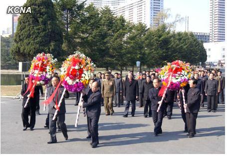 朝鲜劳动党中央委员会、最高人民会议常任委员会、内阁向康盘石的铜像和坟墓敬献了花圈。