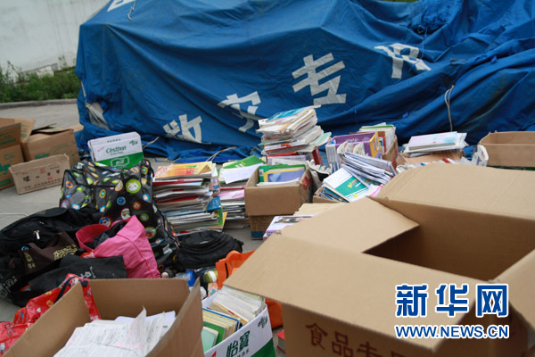 4月22日,芦山县中学门口,小黑板上的通知要求高三师生当晚到学校集中。新华网记者 姜春媛摄