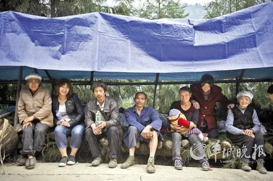 地震重灾区太平镇,几位灾民坐在临时搭建的帐篷里。由于担心余震,灾民普遍不敢待在屋内 羊城晚报记者 周巍 摄