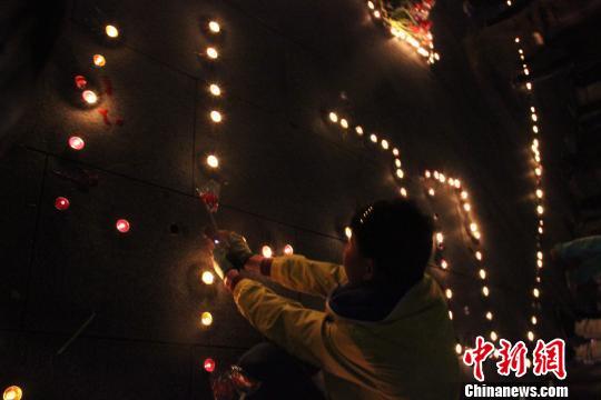 """夜幕下的沧州铁狮前,近百名市民用烛光摆出""""心系"""