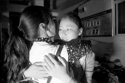?高三学生李丽赶到芦山中学后,与好同学抱头痛哭。 京华时报记者王海欣摄/视频