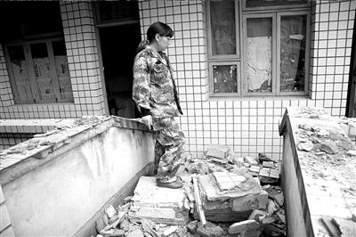 22日,小河乡党委书记介绍办公楼受损情况。京华时报记者谢语摄