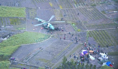 22日,空军首次向地震灾区进行大规模空投。为保证物资完好,机组降落到芦山县宝盛乡农田区域。