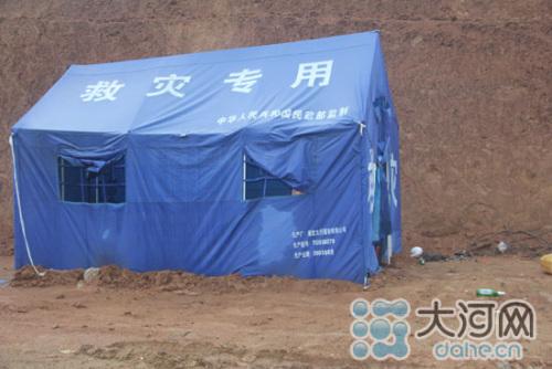 帐篷上赫然印着民政部监制的字样