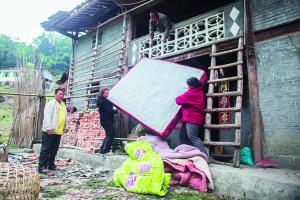 宝兴县蜂桶寨乡光明村,村民在自发加固地震中受损的房子。早报记者 杨一 图