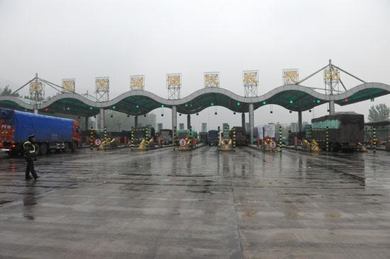 前往雅安灾区的救援车队通过豫陕收费处时,遭遇河南高速管理收费站的阻拦