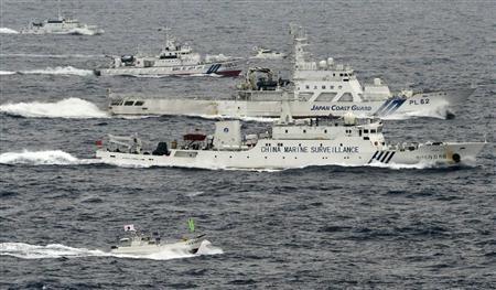 """图为中国""""海监66""""船与日本海上保安厅""""石垣""""号巡逻船。"""
