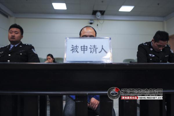 4月22日,长沙市雨花区人民法院,刘冰在法庭上数次落泪。图/记者杨旭