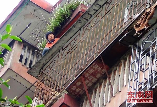 福州一女子多次攀爬高楼外阳台上 疑是精神病患者(组图)