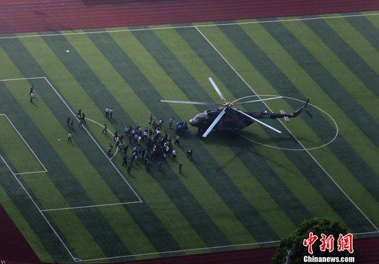 资料图:雅安地震后解放军直升机降落在学校操场上