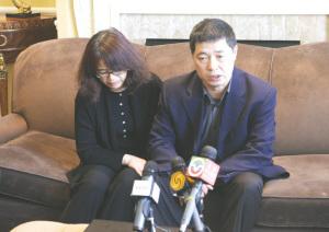 吕令子父母吕军、孟翎在酒店接受媒体采访。李强 摄