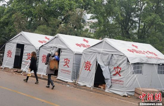 4月23日,四川芦山地震重灾区龙门镇,中国红十字会抗震棚搭建完毕,村民准备入住。中新社发 张浩 摄