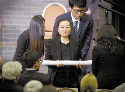 22日,波士顿大学举行追思会,悼念在波士顿爆炸案中不幸遇难的中国留学生吕令子。吕令子的父母出席了追思会。