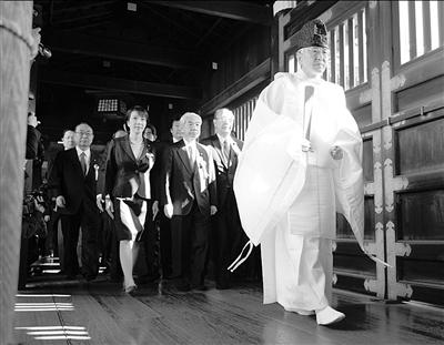 4月23日,在日本东京,日本国会议员前往靖国神社参拜。 新华社发