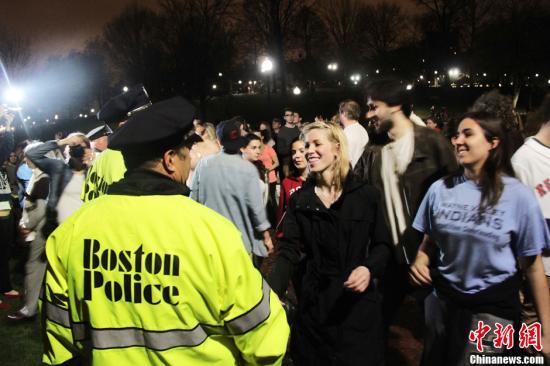 当地时间4月19日晚,波士顿全城庆祝爆炸案在逃嫌犯焦哈尔・萨纳耶夫落网。焦哈尔・萨纳耶夫当晚被美国执法部门抓获。图为当地民众纷纷感谢警方在追捕过程中所作的巨大努力。中新社发 李洋 摄