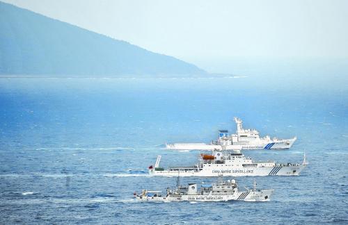 """23日上午,中国海监船编队与日本海上保安厅巡逻船在钓鱼岛海域上演""""驱逐与反驱逐""""。"""