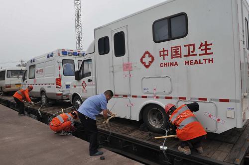 4月23日下午,成昆铁路乐山火车站工作人员为国家传染病控制卫生应急车队卸车。新华社发(曹宁 摄)
