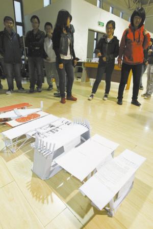 4月22日,在该校第二十九届科技文化艺术节纸桥承重赛上,年轻的制作者图片