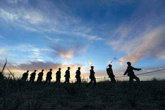 官兵在巡逻执勤。