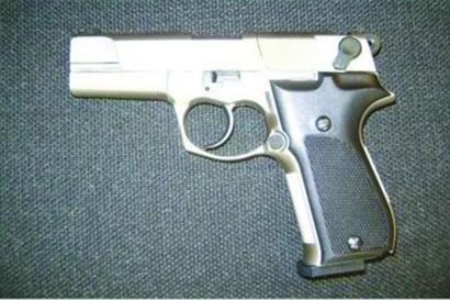 试图行贿遭拒后,途中这把枪从李洋的外套口袋中掉落