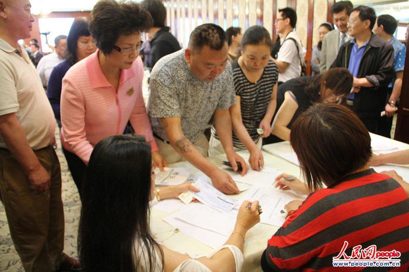 4月22日,美国南加州华侨华人踊跃为芦山地震灾区捐款。人民网记者 陈一鸣摄