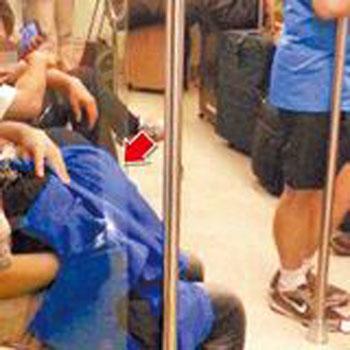 为公公口交_地铁假装看书 女伴躲男友衣服下为其口交/图(1)_社会万象_光明网