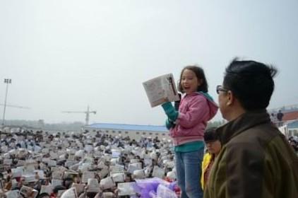 李阳的七岁女儿李娜在演讲中。