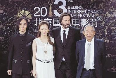 基努・里维斯携《太极侠》剧组亮相北京国际电影节闭幕蓝毯。重磅嘉宾给电影节增色不少。