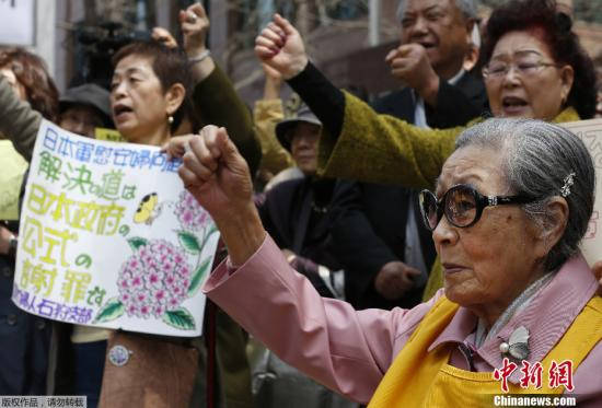 资料图:当地时间2013年4月24日,韩国首尔,日本大使馆门前韩国慰安妇抗议日本议员参拜靖国神社。
