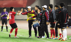 在足协杯第二轮比赛的其他比赛中,河南建业队主场1:0击败陕西老城根队(上图);沈阳沈北队点球大战3:1战胜北京八喜队。