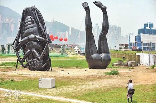 """香港维多利亚港海边现巨型""""粪便""""""""蟑螂""""(图)"""