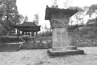 芦山县沫东镇黎明村的汉代建筑遗存樊敏阙及石刻,阙檐下的石刻面出现裂纹,阙身部分已经掉落。